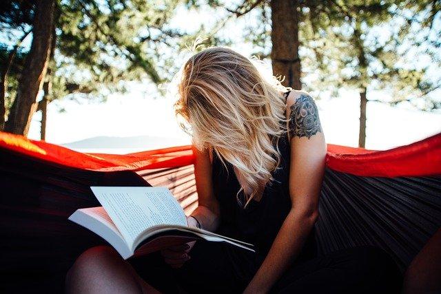 Eine lesende Frau in der Hängematte