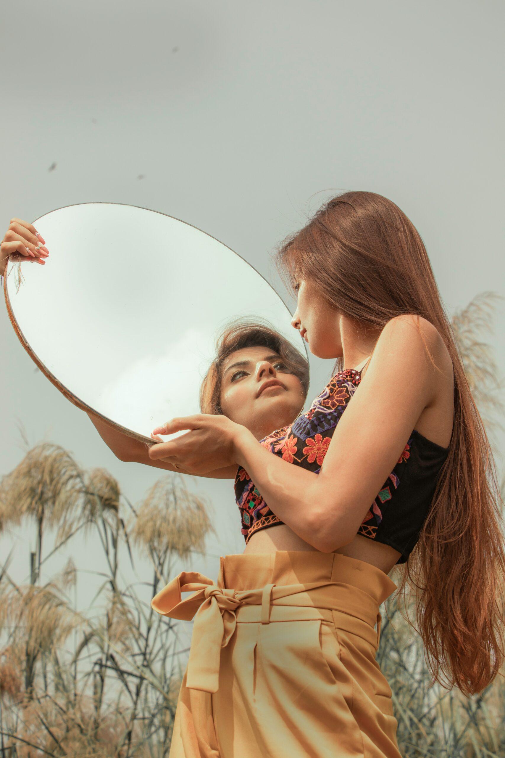 Frau, die einen Spiegel hält